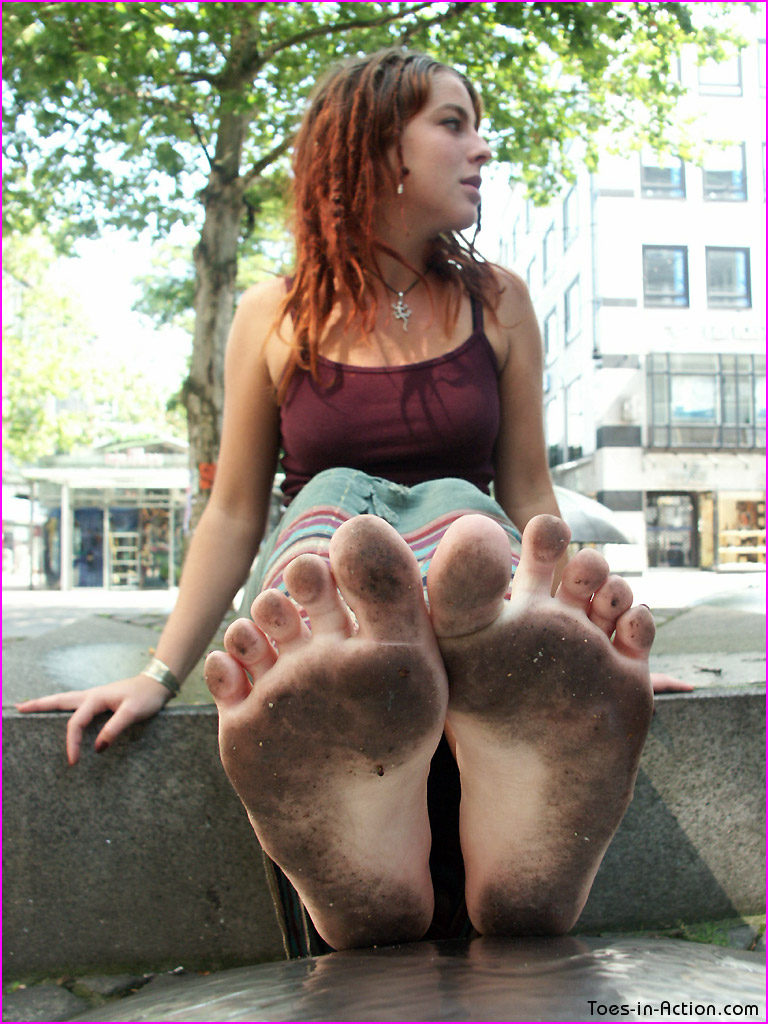 Toes-in-action cum her